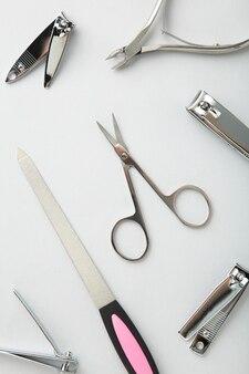 Инструменты маникюрного набора на серой поверхности