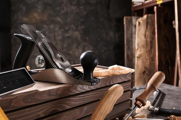 Инструменты плотника на столе в мастерской