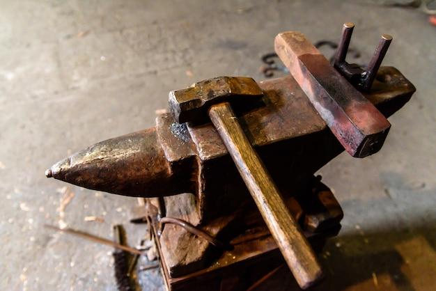 鍛冶屋の道具。ナイフの製造。