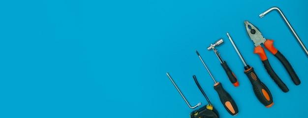 격리 된 파란색 배경 파노라마에 도구