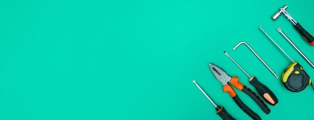 격리 된 녹색 배경 파노라마에 도구