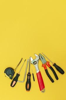 격리 된 노란색 배경에 도구