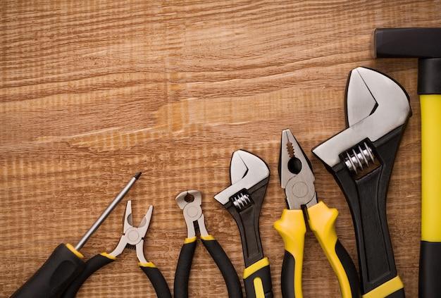 木製の机の上の道具
