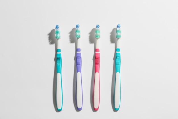 Зубные щетки на зеленом