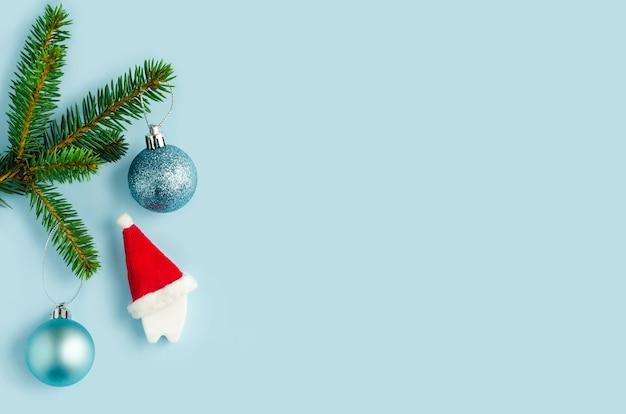 クリスマスツリーの下のサンタの帽子の歯