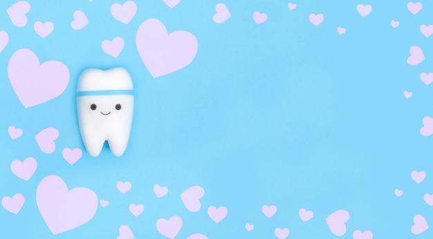 白いハートのフレームを持つ歯のモデル