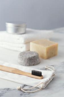 石鹸の横にある歯ブラシ