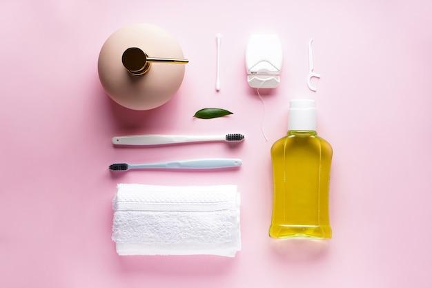 Зубная щетка с банными принадлежностями на розовом