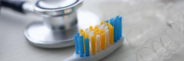 聴診器と歯用シリコンキャップ付き歯ブラシ