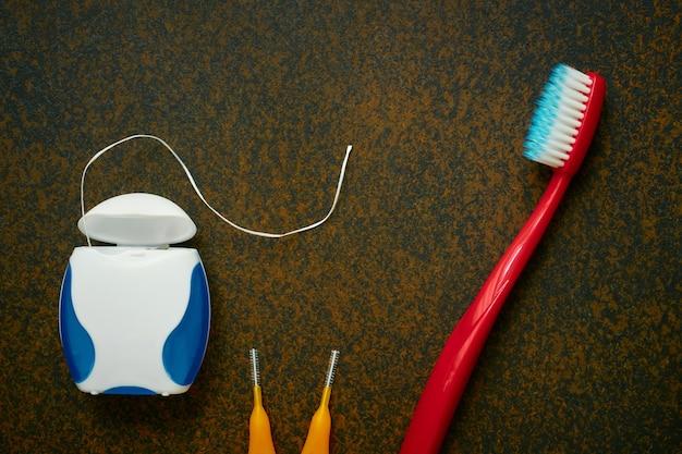 Зубная щетка, зубная нить, межзубные зубные щетки, предметы гигиены полости рта, крупный план