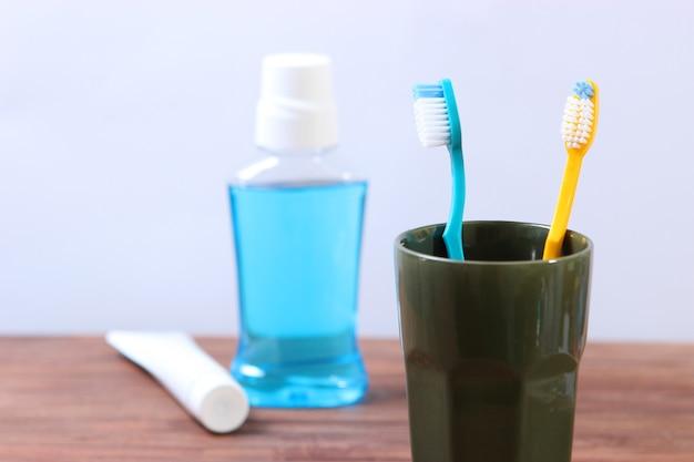 テーブルの上の歯ブラシとオーラルクリーナー