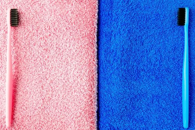 Зубные щетки разного цвета лежат на полотенцах