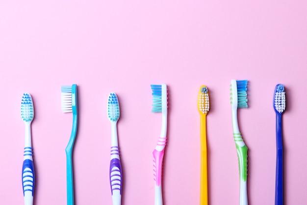 色付きの背景の歯ブラシ上面図口腔衛生