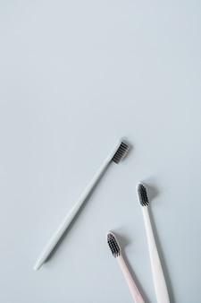 파란색 배경에 칫솔입니다. 평면 위치, 상위 뷰 최소 구강 관리, 치과 위생 개념