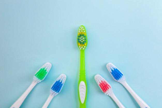 Зубные щетки на синей поверхности