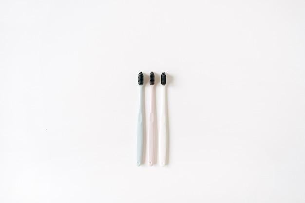 흰색 바탕에 칫 솔입니다. 평면 위치, 상위 뷰 구강 관리, 치과 위생 개념.