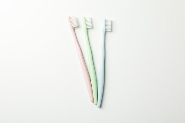 Зубные щетки на белом фоне, вид сверху. стоматологическая помощь