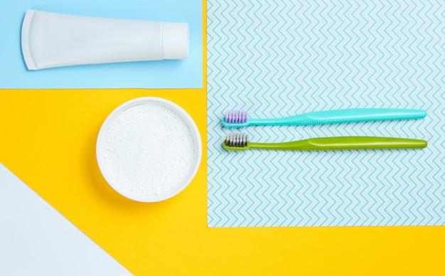 歯磨き粉と歯磨き粉のチューブが入った歯ブラシ