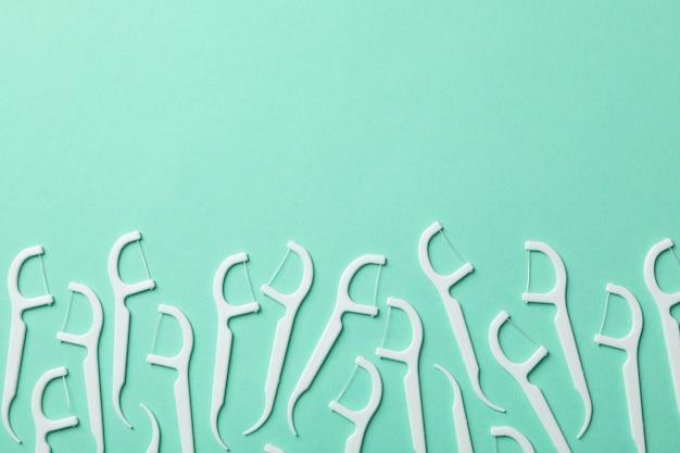 Зубочистки на мятном фоне, место для текста