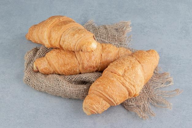 Croissant dentifricio su asciugamano, sullo sfondo di marmo. foto di alta qualità