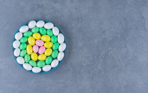 Gengive dentellate nel piatto blu, sullo sfondo di marmo.