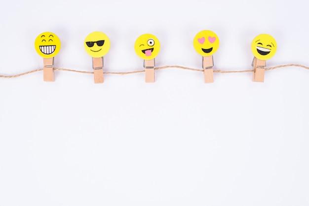높은 각도 위의 상단 문자열 격리 된 흰 벽에 매달려 5 좋은 기쁜 웃는 얼굴의 뷰를 닫습니다