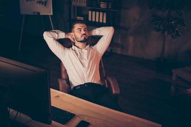 Вверху над высоким углом фото задумчивого задумчивого человека, думающего