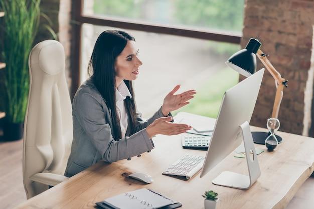 집중된 소녀 ceo 마케터 보스 작업 원격 pc 컴퓨터의 높은 각도 보기 프로필 측면 사진 위에는 직장 워크스테이션에서 온라인 코칭 회사 위기 탈출 위기 성장이 있습니다.