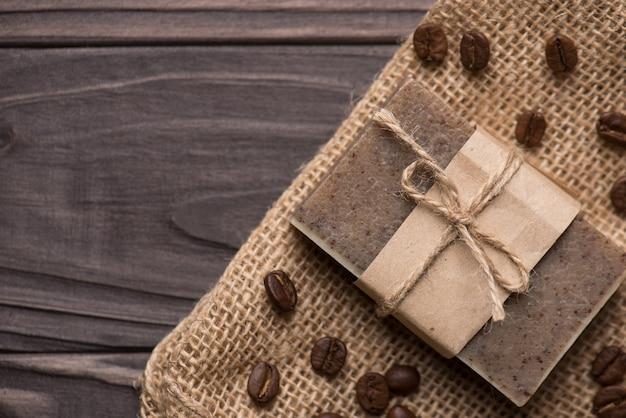 茶色の木製の背景に手作りの有機コーヒーの香りの石鹸バーの俯瞰写真の上の上