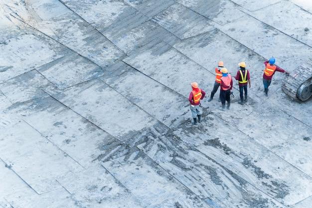 プロジェクトの建築エリアで働く建設労働者の平面図。