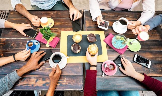 Верхний угол обзора рук с телефонами в кафе-ресторане