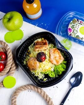 배달 상자에 쌀과 토마토와 치킨 까스