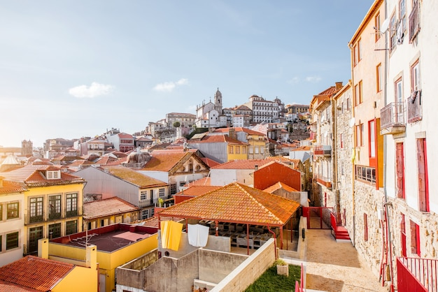 Верхний вид городского пейзажа на старый город порту в солнечный день в португалии