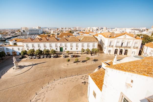 Верхний вид городского пейзажа на старый город с красивыми крышами в фару на юге португалии