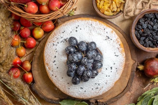Вид сверху крупным планом торт торт яблоки в корзине шоколадный соус ягоды изюм колоски