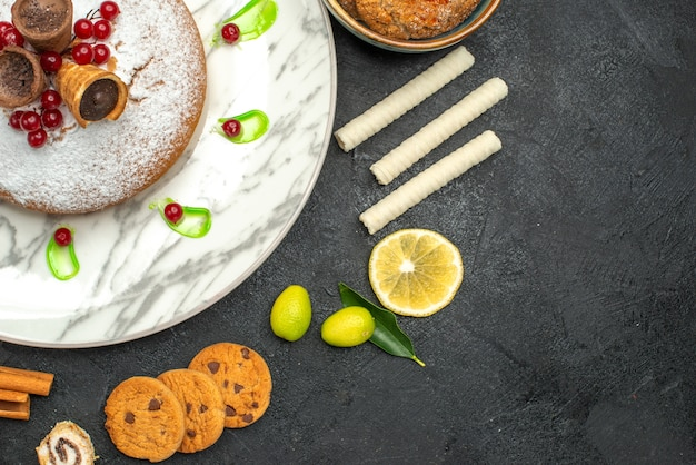 상위 클로즈업보기 케이크 딸기 녹색 소스 쿠키 레몬 과자 케이크