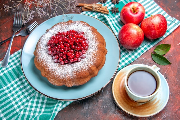 上部のクローズアップビューケーキベリーと食欲をそそるケーキリンゴ一杯のティーフォーク