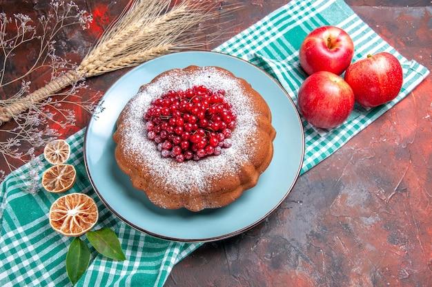 上部のクローズアップは、市松模様のテーブルクロスにベリーレモンリンゴとケーキの食欲をそそるケーキを表示します