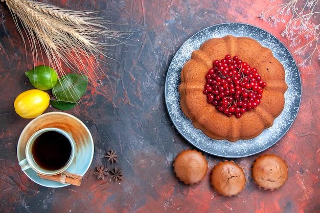 상위 클로즈업 보기 차 한 잔 계피 컵 케이크와 베리 레몬을 곁들인 차 한 잔