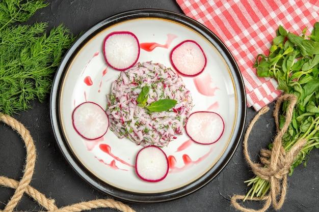 上部のクローズアップビュー皿赤みがかった緑のロープと市松模様のテーブルクロスの皿