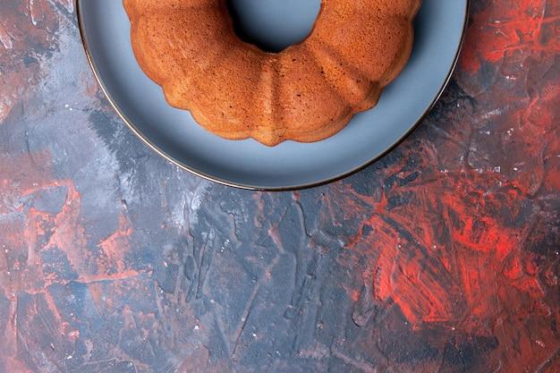 テーブルの上のケーキの食欲をそそるケーキの青いプレートの上部のクローズアップビュー