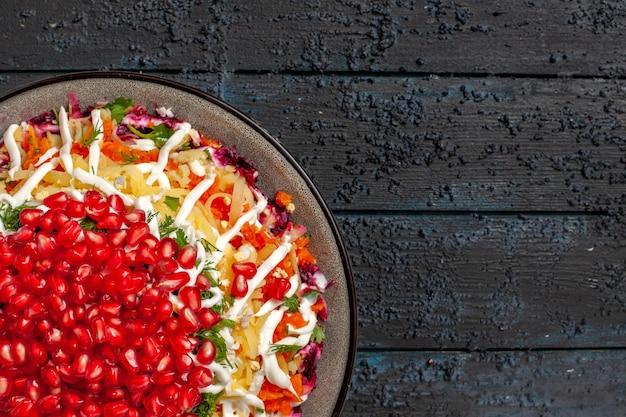 灰色のテーブルの上の食欲をそそるクリスマス料理の食欲をそそるクリスマス料理の白いプレートの上部の拡大図