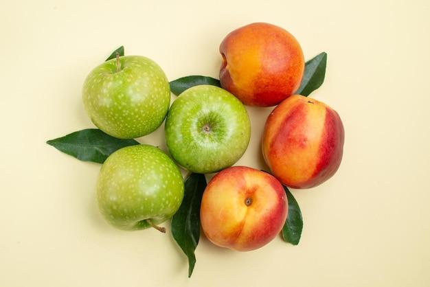 上部のクローズアップビューリンゴとネクタリン3つのリンゴと葉のある3つのネクタリン