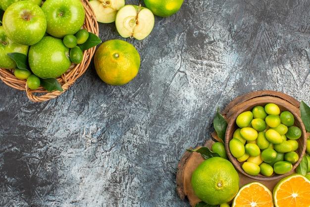 青リンゴの上部のクローズアップビューリンゴバスケット柑橘系の果物とボード