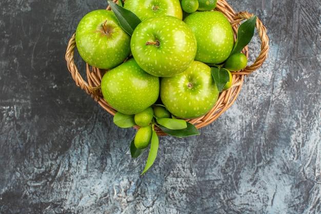葉と青リンゴの上部のクローズアップビューリンゴバスケット