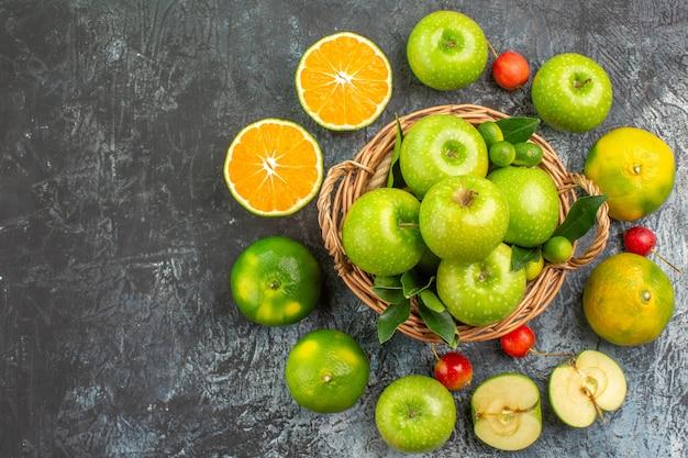 上部のクローズアップビューりんごかごの中の青リンゴ柑橘系の果物のサクランボ