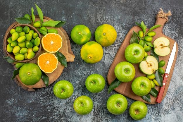 上部のクローズアップビューリンゴ緑のリンゴとボード上の葉のナイフ柑橘系の果物