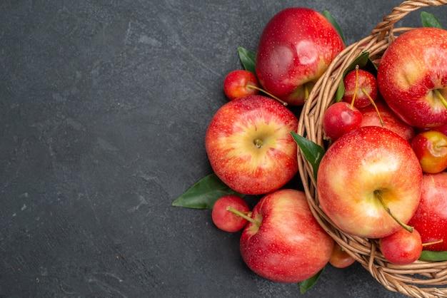 Вид сверху крупным планом яблоки веревкой яблоки с двумя листьями в корзине