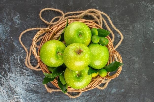 Вид сверху крупным планом яблоки веревка корзина яблок цитрусовые