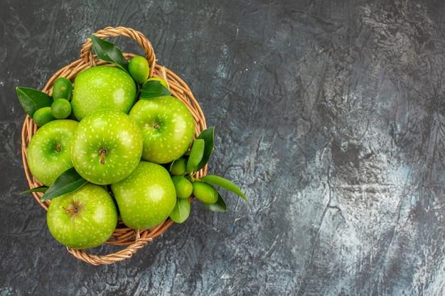 상위 확대보기 사과 나무 바구니에 잎이있는 식욕을 돋우는 녹색 사과